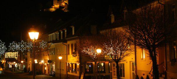 beleuchtete Häuser zur Weihnachtszeit
